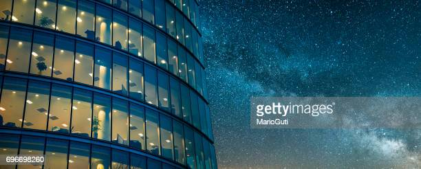 office building at night - finanza foto e immagini stock
