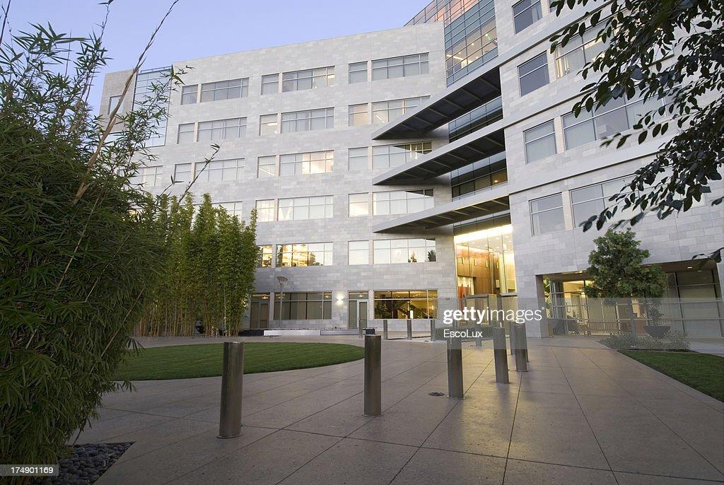 Bürogebäude mit Landschaftsgestaltung : Stock-Foto