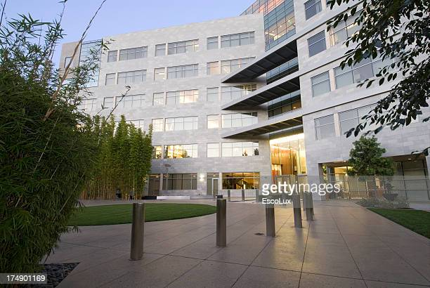 office building with landscaping - consumentisme stockfoto's en -beelden