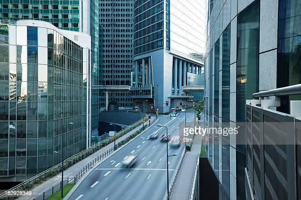 Immeubles de bureaux et de la rue animée dans le quartier des finances, à Paris, France