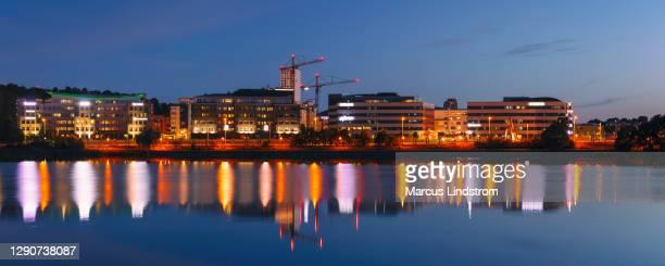 夕方のオフィスビル - ソルナ ストックフォトと画像