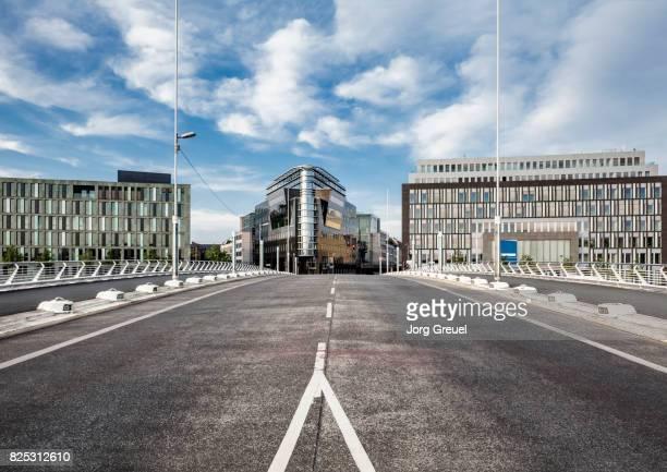 office buildings - freie straße stock-fotos und bilder