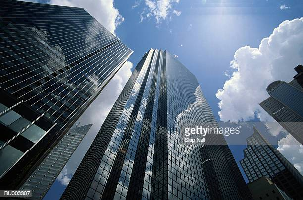 office buildings reflecting clouds, low angle view - wolkenkrabber stockfoto's en -beelden