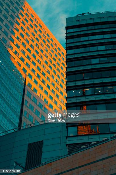 office buildings with reflections at the evening  in warsaw - stock exchange stock-fotos und bilder