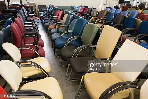 De nombreux fauteuils de bureau