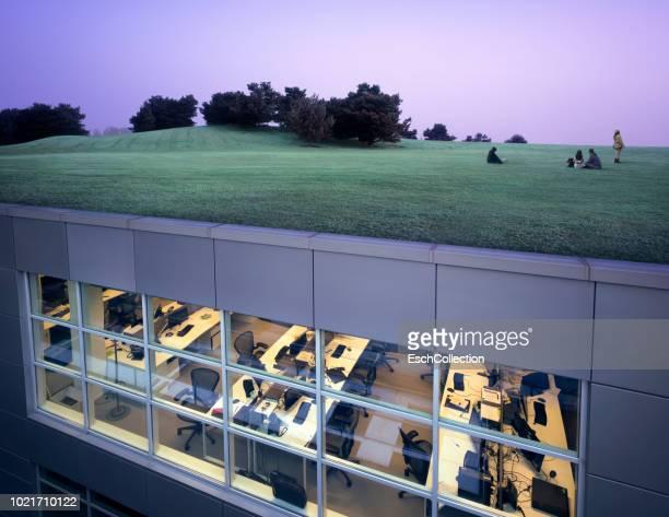 office complex with landscaped roof - estilo de vida sostenible fotografías e imágenes de stock