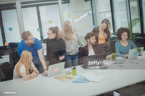 office conversations - digital marketing foto e immagini stock