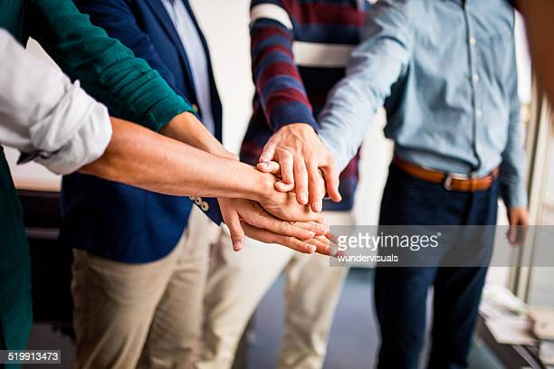 Compañeros de trabajo equipo de oficina participar en edificio