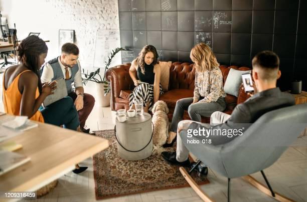 riunione aziendale creativa di office - dog pad foto e immagini stock