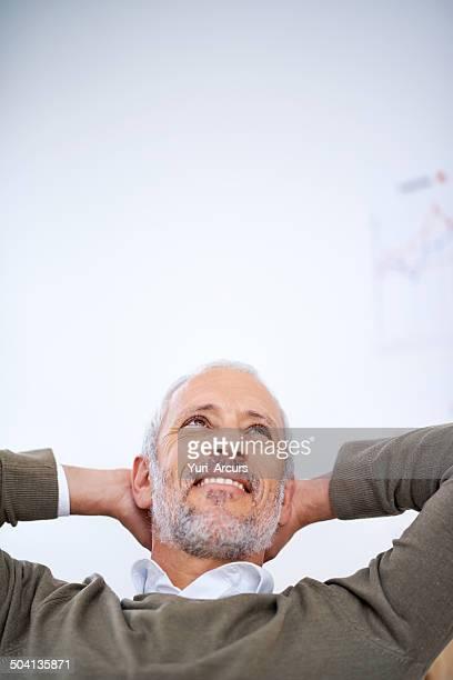 ufficio sognare ad occhi aperti - solo un uomo maturo foto e immagini stock
