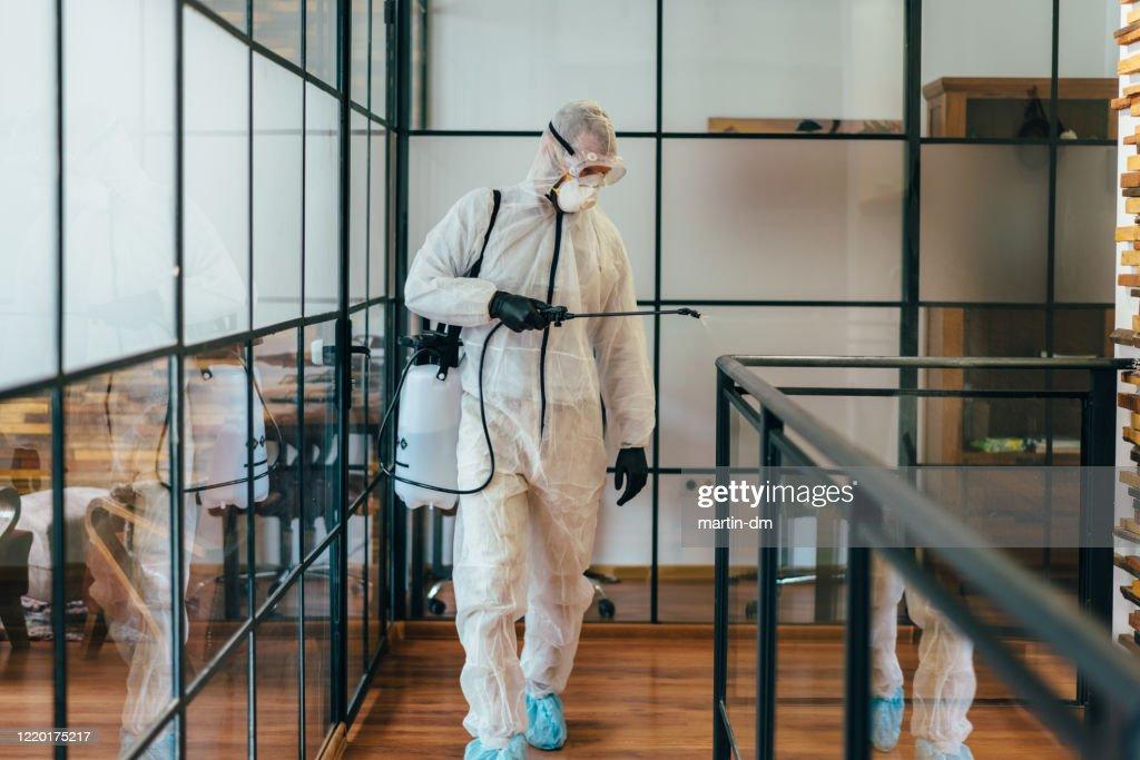 COVID-19パンデミック中のオフィス消毒 : ストックフォト