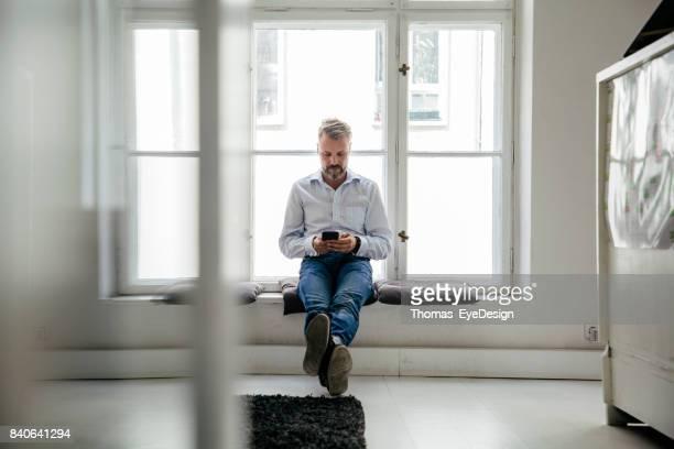 Büroangestellter saß Fenster Pause von der Arbeit