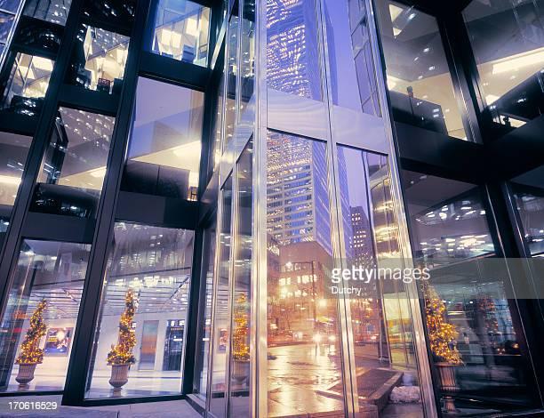 Büro Fassade in der Weihnachtszeit.