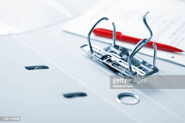 Büro-Ordner roten Stift und Papier