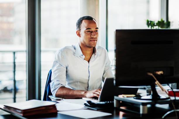 辦公室經理在電腦桌上工作 - 聯繫 個照片及圖片檔
