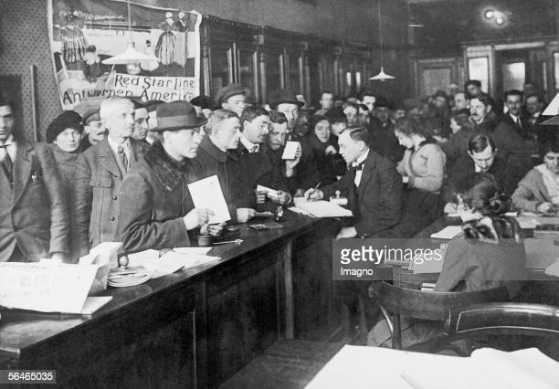 Office of the Red Star American Line shipping company in Warsaw Dozens of people hoping to get a ticket to the USA Photography Around 1920 [Buero der...