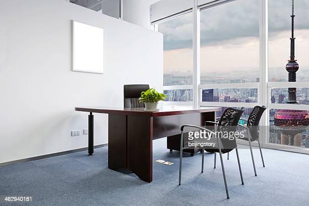 Bureau avec une vue sur la ville