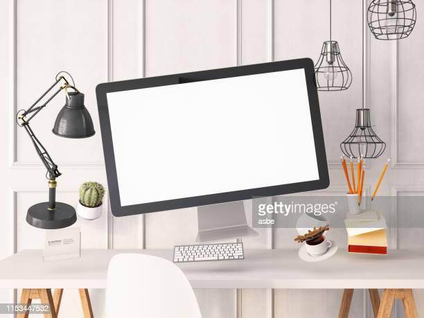 オフィスツールとコンピュータ画面。ゼロ重力コンセプト - ホームページ ストックフォトと画像