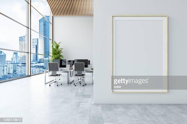 oficina con billboard vacío - cartel fotografías e imágenes de stock