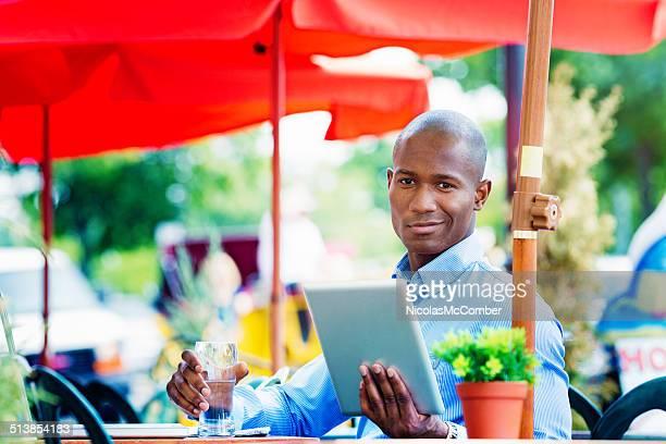 Employé de bureau à café portrait avec une tablette