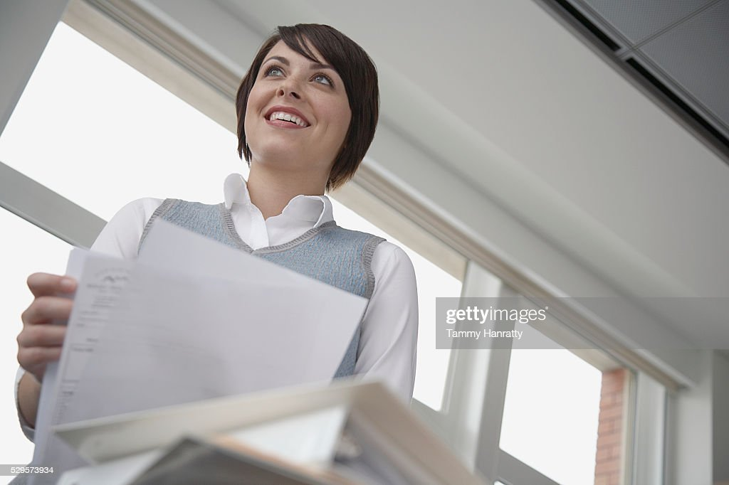 Office worker holding documents : Stock-Foto