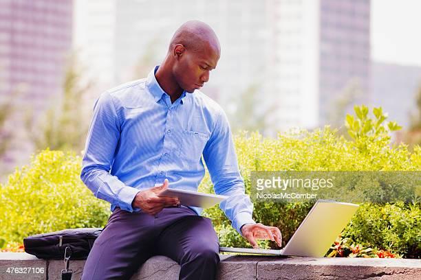 Employé de bureau de travail hunter Vendeur de travail à l'extérieur avec tablette pour ordinateur portable