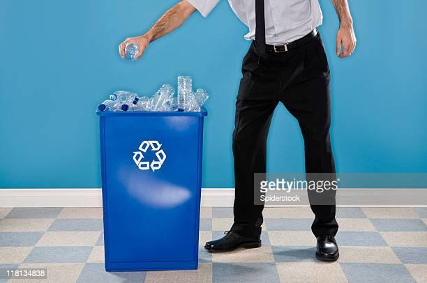 Employé de bureau recyclage des bouteilles en plastique.