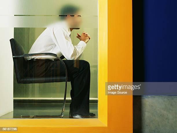 Büroberuf sitzt hinter Mattglas