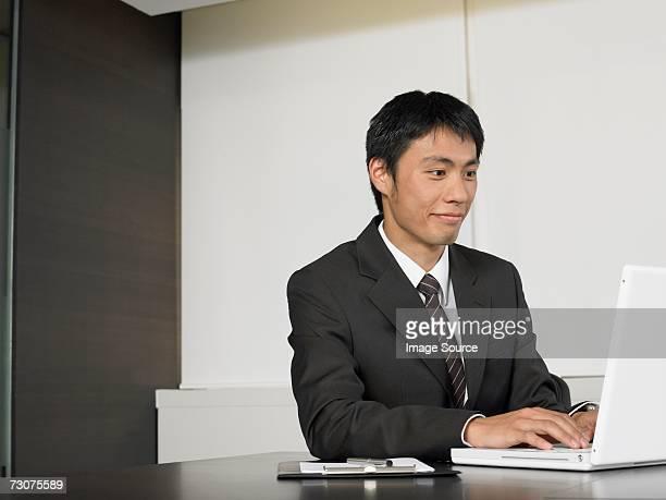 Office worker ノートパソコンを使う