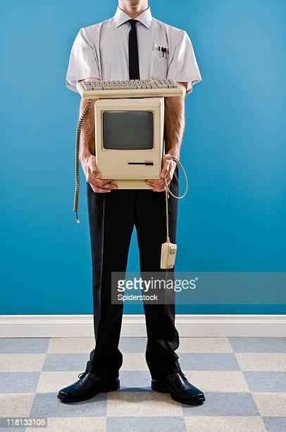 Employé de bureau avec des déchets électroniques