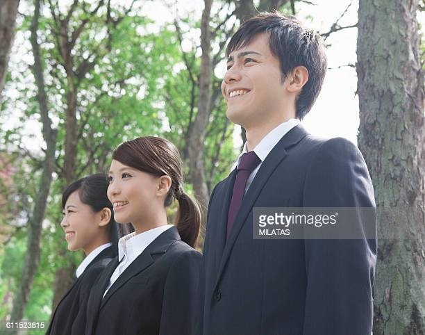 office workers in the tree-lined street - ルーキー ストックフォトと画像