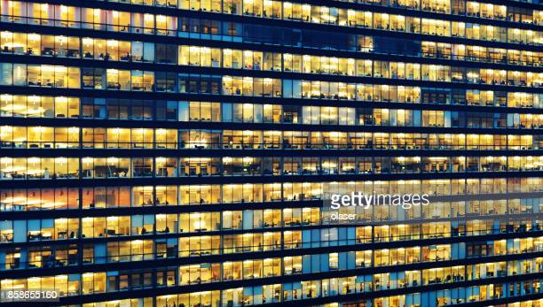 Kantoorpersoneel werkt laat in grote kantoorgebouw