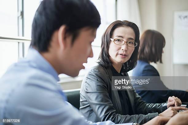 Büro Arbeitnehmer arbeiten zusammen auf Tablet PC
