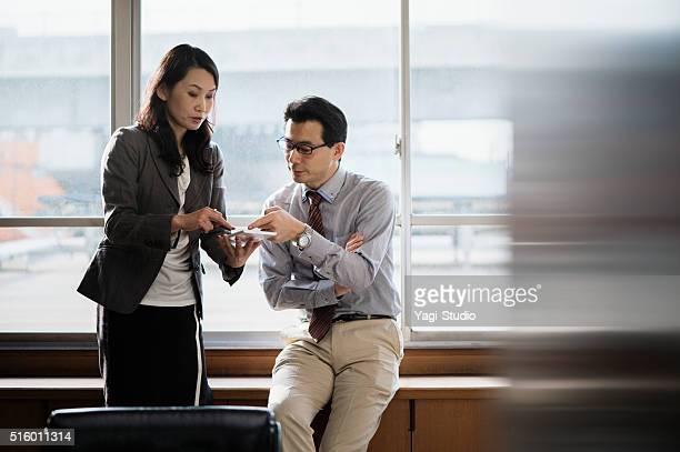 オフィスで働く同僚と一緒にタブレット pc