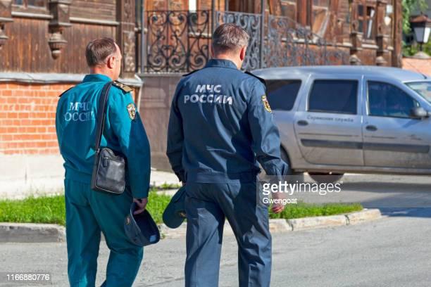 officieren van de russische emercom in jekaterinenburg - gwengoat stockfoto's en -beelden
