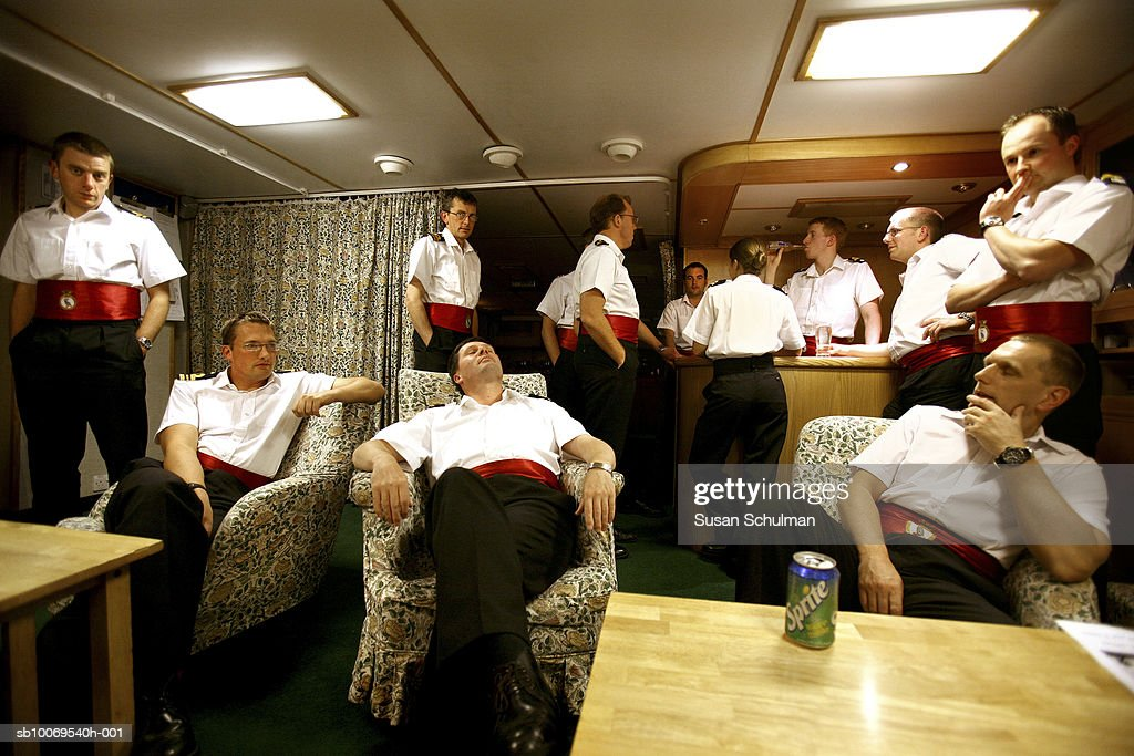 Navy Officers relaxing in wardroom : Nyhetsfoto