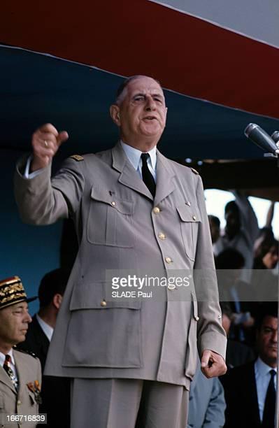 Official Travel Of General Charles De Gaulle To The Caribbean And Guyanne En extérieur dans une tribune couverte le général DE GAULLE en uniforme...