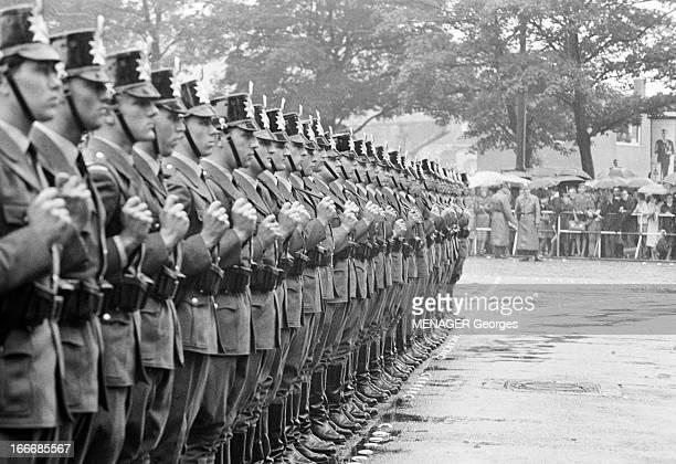 Official Visit Of Charles De Gaulle In Germany. Cologne - 7 septembre 1962 - Des policiers en rang dans une rue, à l'occasion d'une visite officielle...