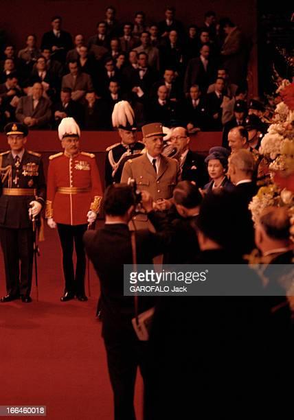 Official Visit Of Charles De Gaulle To The United Kingdom Londres avril 1960 Devant un groupe d'hommes en arrièreplan sur des gradins et des...