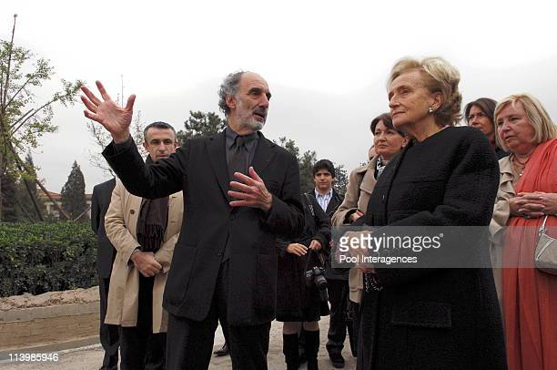 Official visit of French president Jacques Chirac to China Bernadette Chirac on cultural visit In Beijing China On October 26 2006 Building site at...