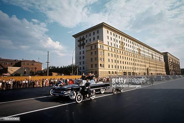 Official Visit Of General Charles De Gaulle To The Ussr En juin 1966 défilant dans une rue en tête d'un convoi officiel escorté par des motards le...