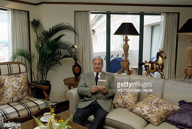 Official Visit Of Karim Aga Khan Accompanied By His Daughter Zahra In Indonesia Sur l'île de Java le prince Karim AGA KHAN assis dans un canapé dans...