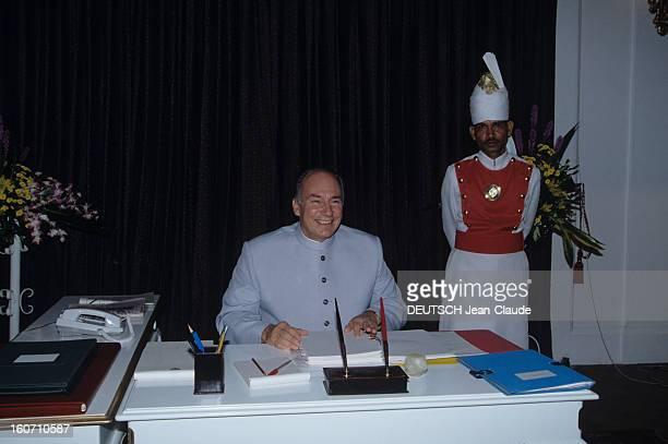 Official Visit Of Karim Aga Khan In Pakistan A Karachi dans le palais du gouverneur Karim AGA KHAN assis à son bureau en présence d'un serviteur en...