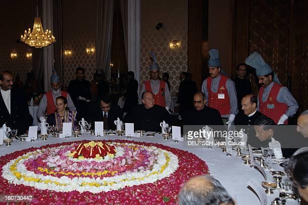 Official Visit Of Karim Aga Khan In Pakistan A KARACHI lors d'une réception à la résidence officielle assis autour d'une table ronde décorée de...