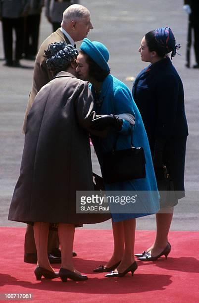 Official Visit Of President Charles De Gaulle To Mexico A Mexico sur un tapis rouge Yvonne DE GAULLE en imperméable avec un chapeau tressé embrassant...