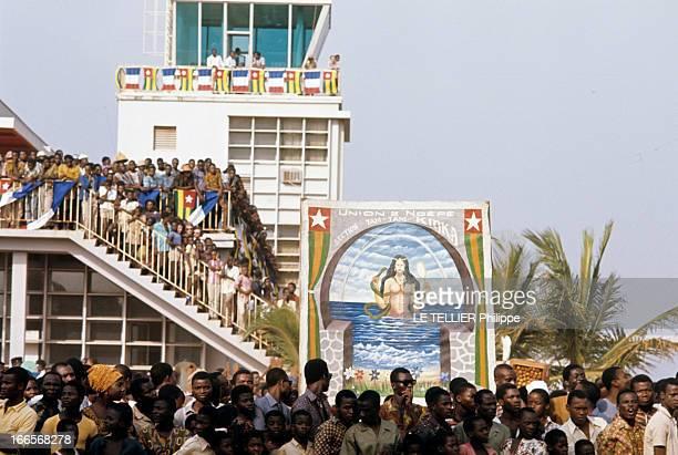 Official Visit Of President George Pompidou To Togo And Upper Volta En décembre 1972 au Togo la foule massée au bord d'une rue et dans l'escalier...