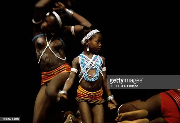Official Visit Of President George Pompidou To Togo And Upper Volta En décembre 1972 au Togo une jeune fille et une fillette avec des pagnes des...