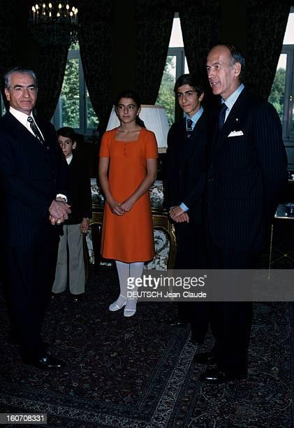 Official Visit Of President Valery Giscard D'estaing In Iran Téhéran octobre 1976 Dans une pièce le shah Mohammad Reza PAHLAVI mains jointes vêtu...