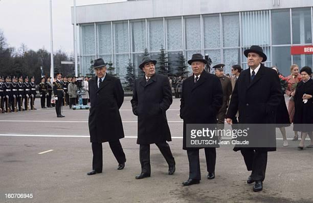 Official Visit Of President Valery Giscard D'estaing In The Ussr En octobre 1975 devant un bâtiment un groupe de personnalités portant manteaux et...