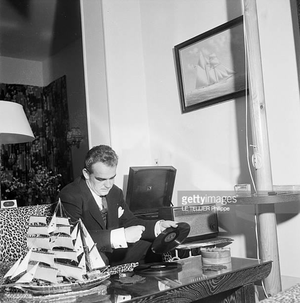 Official Visit Of Rainier Iii To Paris Paris France décembre 1954 Le prince RAINIER III de Monaco dans sa garçonnière un rezdechaussée avenue...